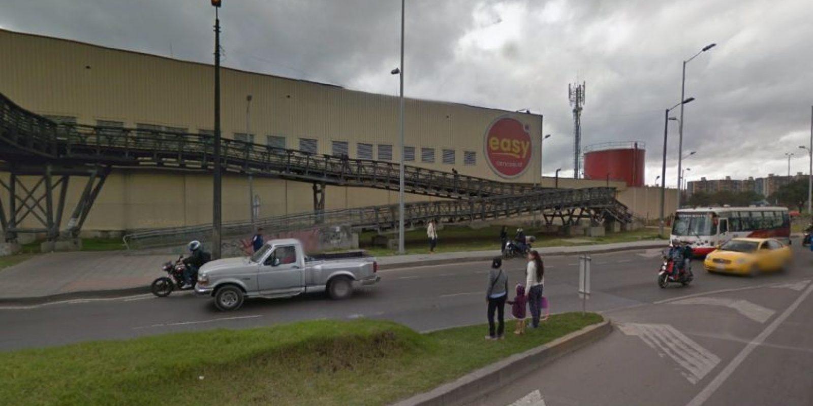 Esta mujer arriesga su vida y la de sus hijos pasando la avenida Boyacá por un lugar indebido, lo peor es que el puente peatonal estaba a pocos metros. Foto:Captura de pantalla Google Street View