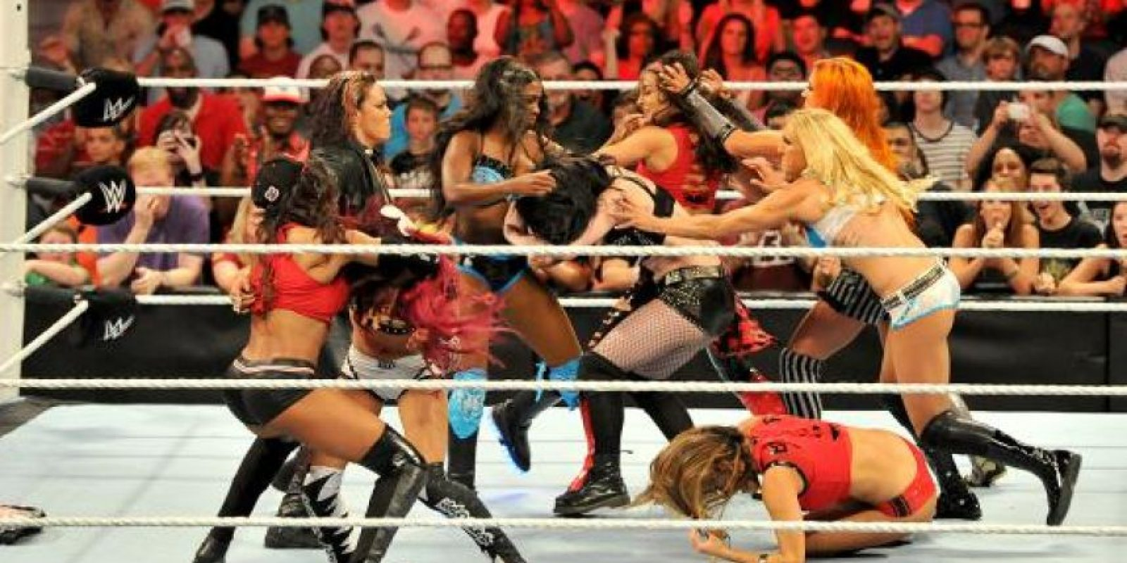 Las puso a pelear con otros dos equipos de divas Foto:WWE