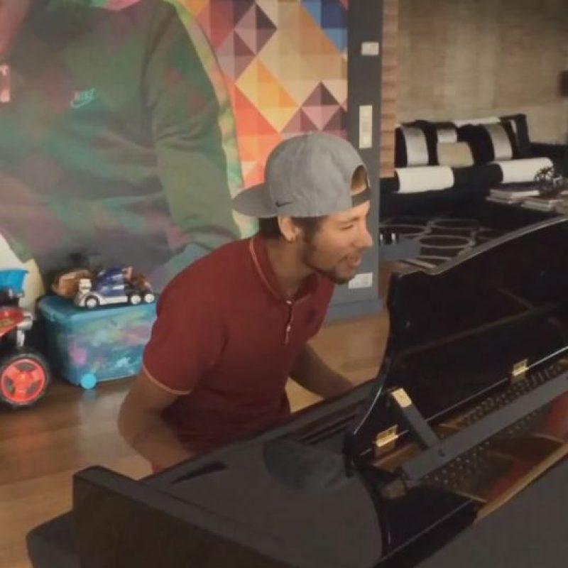El brasileño también sabe tocar piano y aunque cantar no se le da muy bien, lo hace con mucho sentimiento. Foto:Vía instagram.com/neymarjr