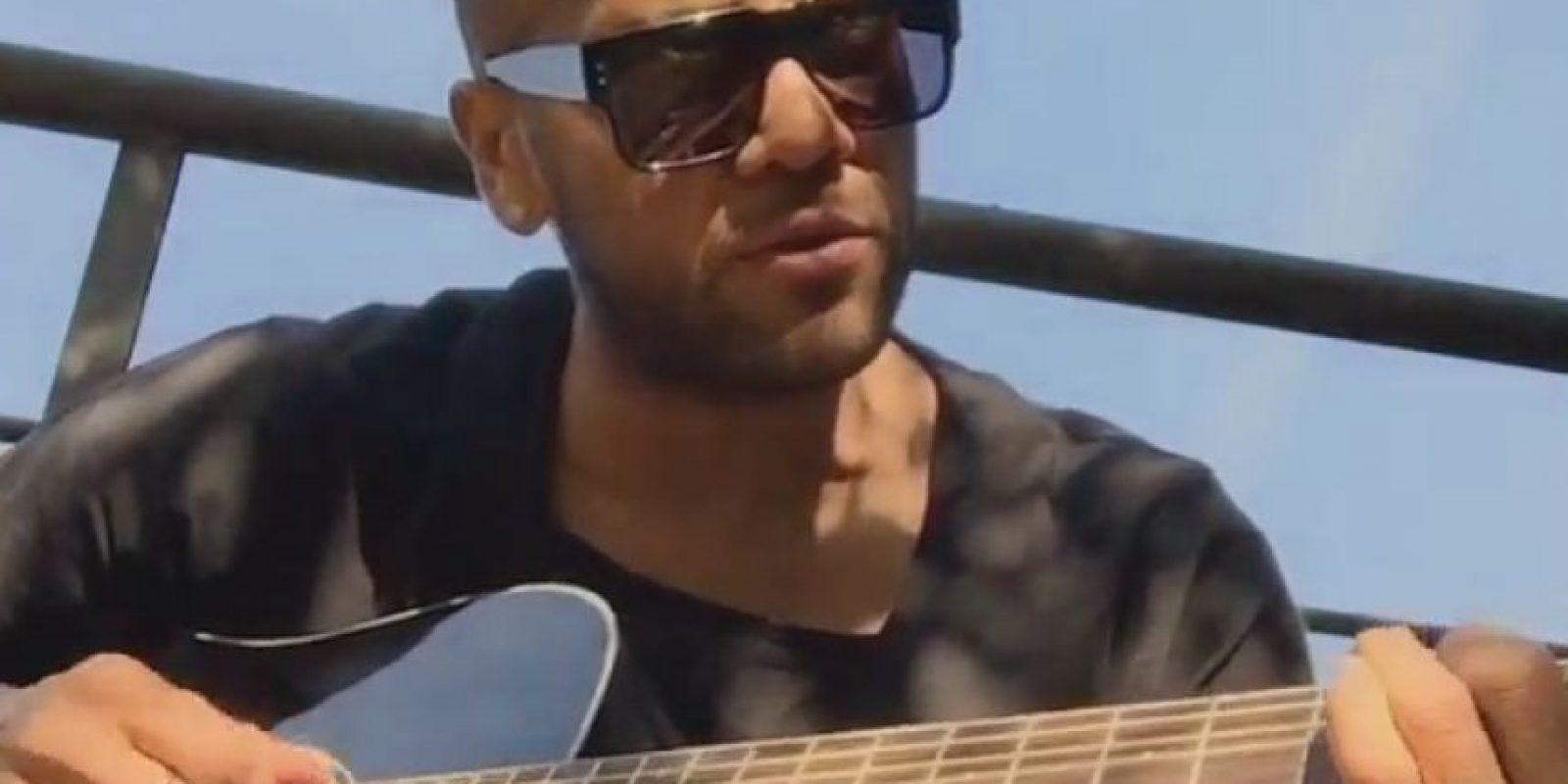 Al lateral del Barcelona le gusta tocar su guitarra y cantar. Foto:Vía instagram.com/danid2ois