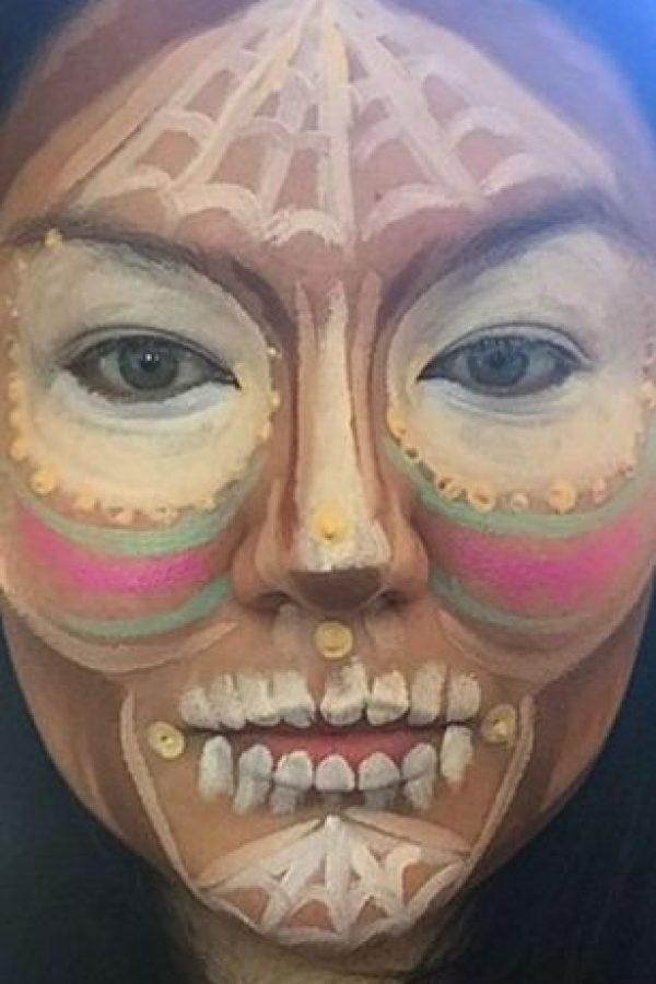 Asimismo, marca de manera ruda los rasgos. Foto:vía Instagram/makeup_by alo
