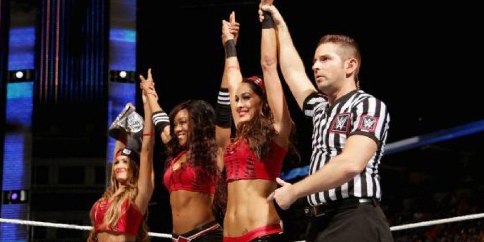 La campeona Nikki Bella está protegida por su hermana Brie Foto:WWE
