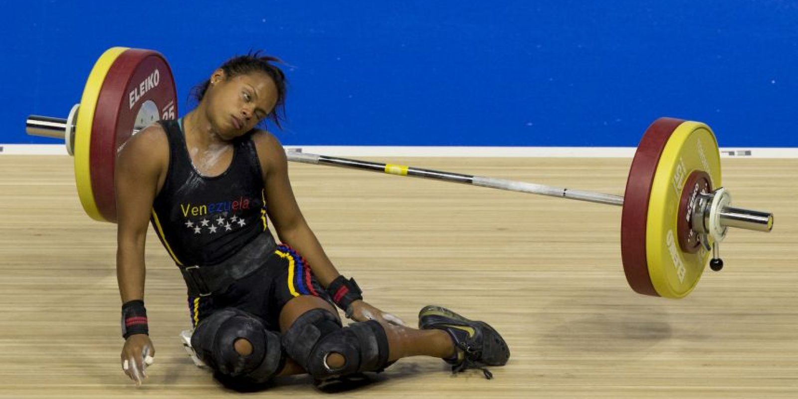 Aunque la venezolana se desvaneció después de sumar 201 kilogramos, 92 de arranque y 109 de envión Foto:AP
