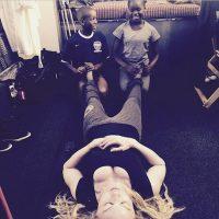 La cantante aparece acostada en el suelo mientras sus hijos de color le dan masaje en los pies. Foto:Instagram/Madonna