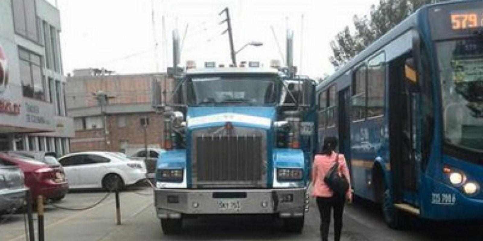 Esta tractomula invade el andén en la avenida de las Américas con calle 19. Foto:Twitter @BestiasDriving