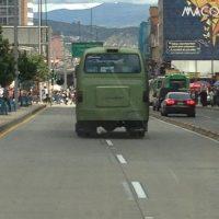 Esta buseta invade el carril exclusivo de TransMilenio en la Trocal de la Décima. Foto:Twitter @mrochao