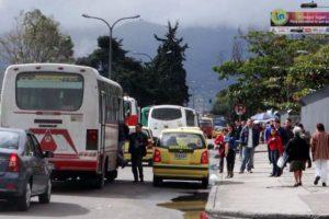 Este conductor de buseta recoge pasajeros a mitad de la vía. Foto:Twitter @PublimetroCol