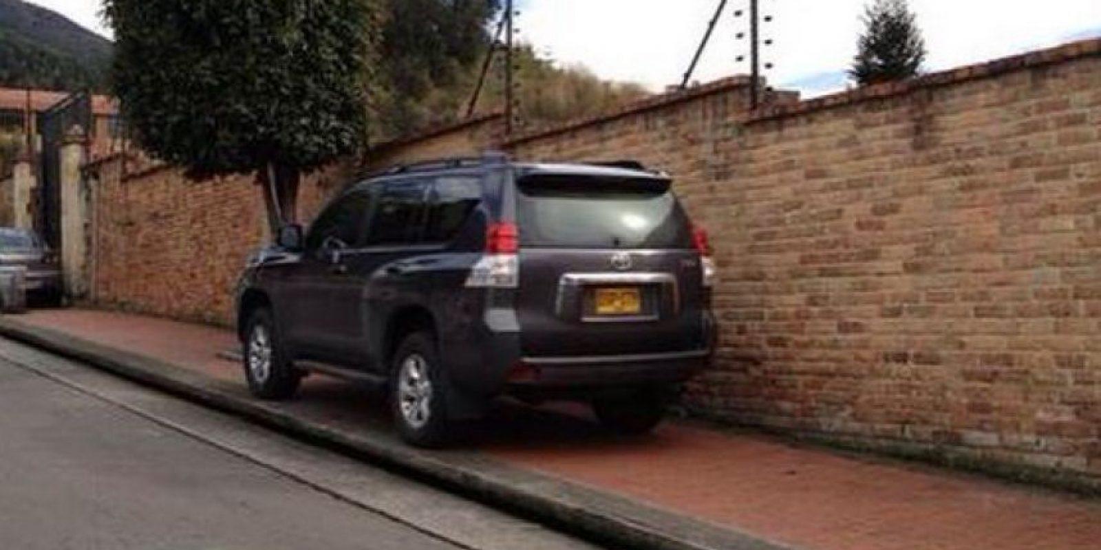 Este señor no encontró mejor lugar para estacionar que en un andén. Foto:Twitter @chambondasbog