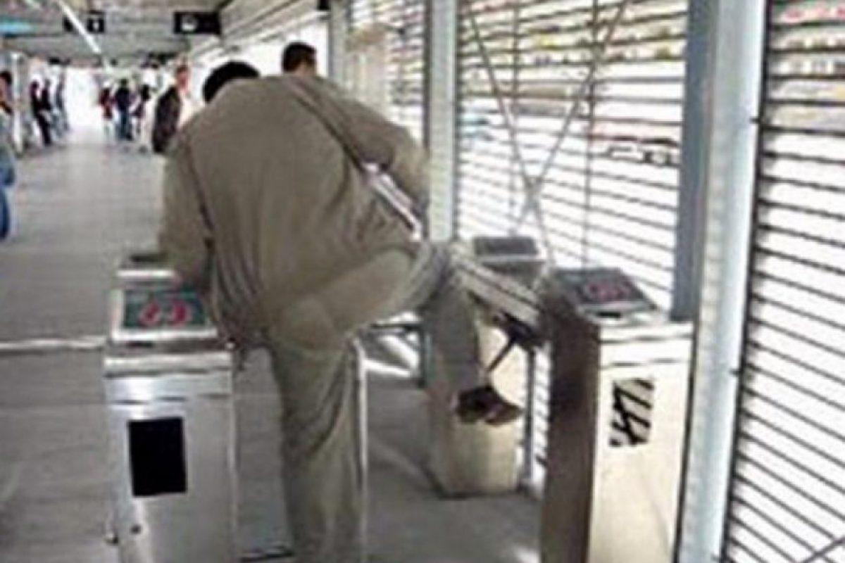 Este usuario de TransMilenio al parecer no quiere pagar el pasaje. Foto:Twitter @chambondasbog