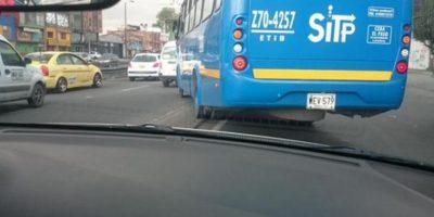A este conductor de SITP no le importó cambiar de carril por encima del separador. Foto:Twitter @ivancho_r