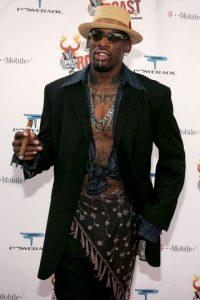 Es la extravagancia personificada. Dennis Rodman y su forma de ser no podrían vestirse de un modo discreto. Foto:Getty Images