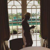 """Incluso, esta extravagancia lo dejó fuera de Wimbledon pues asistió a la final de la edición 2015 del torneo de tenis con ropa que iba muy lejos de lo permitido en la """"Catedral del tenis"""": Camisa hawaiana y sombrero. Foto:Vía instagram.com/lewishamilton"""