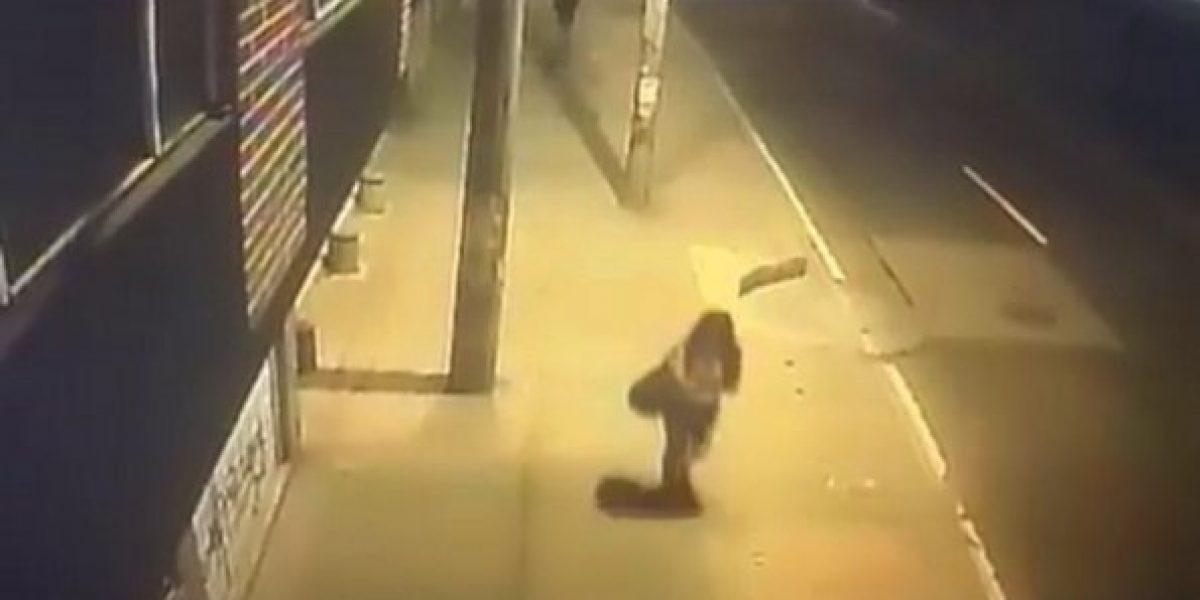 Indignación por video donde arrastran a una mujer para robarla
