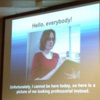 """""""Hola a todos. No puedo acompañarles hoy. Por eso, tengan una foto donde luzco lo más profesional posible"""". Foto:vía Imgur"""