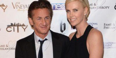 Charlize Theron abandonó sin explicación alguna a Sean Penn y ni siquiera le contestó el teléfono. Por algo debió haber sido. Foto:Getty Images