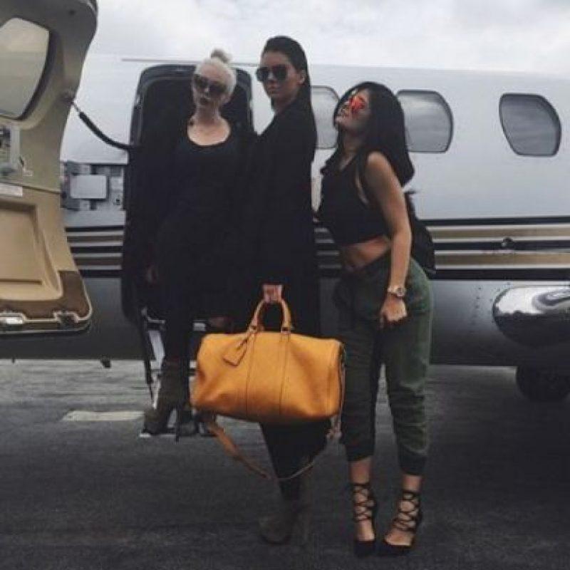 Acá, las hermanas de viaje. Kendall es única en negro. Kylie se parece a Kim por el pantalón cargo que se parece al de la colección de Kanye West para Adidas. Foto:vía Instagram/kyliejenner