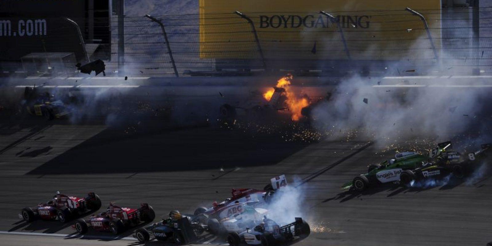 Se corría la vuelta 12 de la competencia cuando un auto se atravesó a otros y provocó un accidente que involucró a 15 automóviles, cuya peor parte se llevó Wheldon quien no logró sobrevivir a las lesiones. Foto:Getty Images