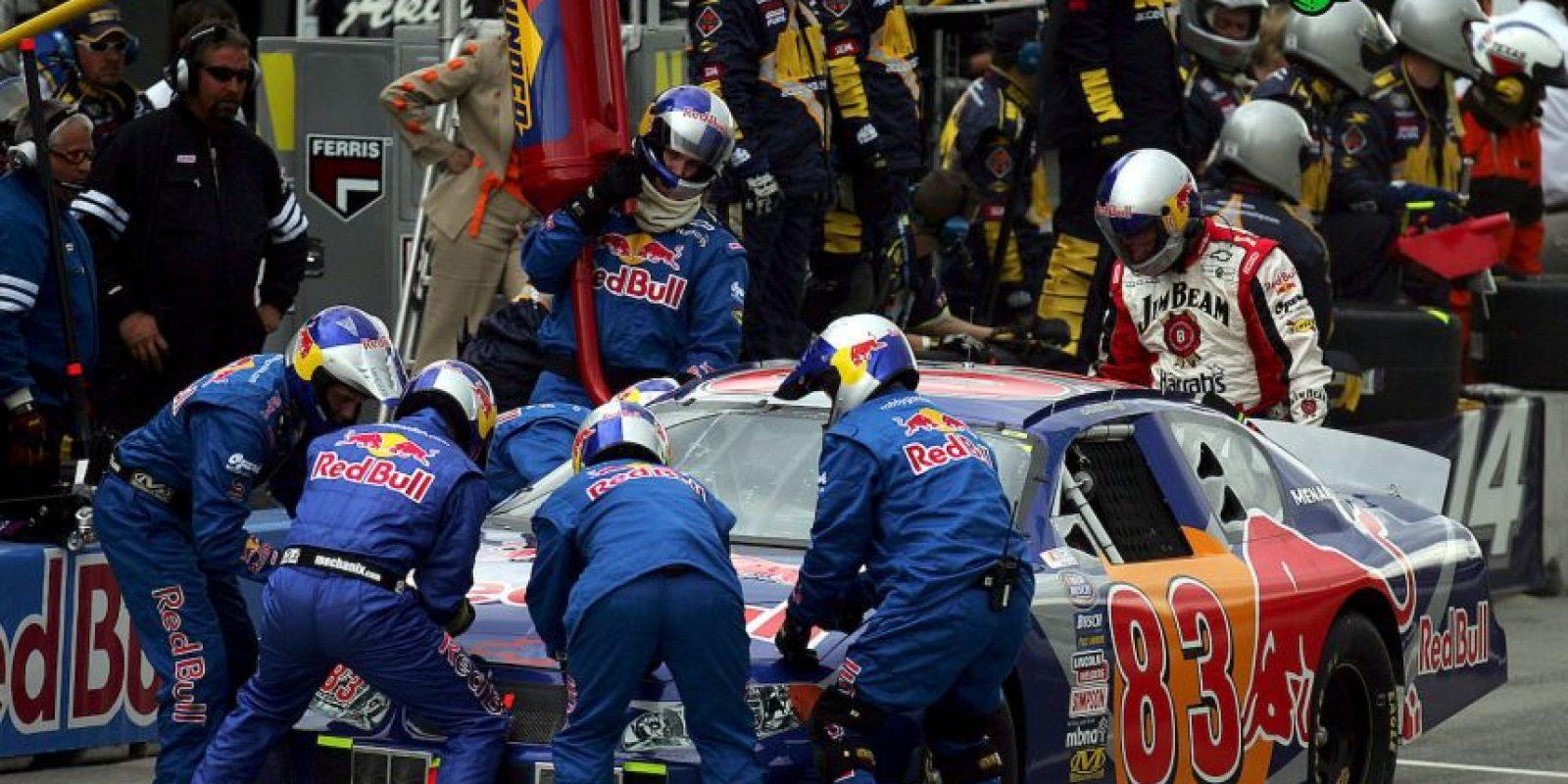 """En 2004, en México se corría el """"Desafío Corona"""", que estaba afiliado a la NASCAR. Durante una prueba en el Autódromo de Monterrey, el auto de Marcelo Núñez recibió un impacto del coche de Rafael Vallina, y a 180 kilómetros por hora, Núñez se estrelló contra el muro de contención. Foto:Getty Images"""