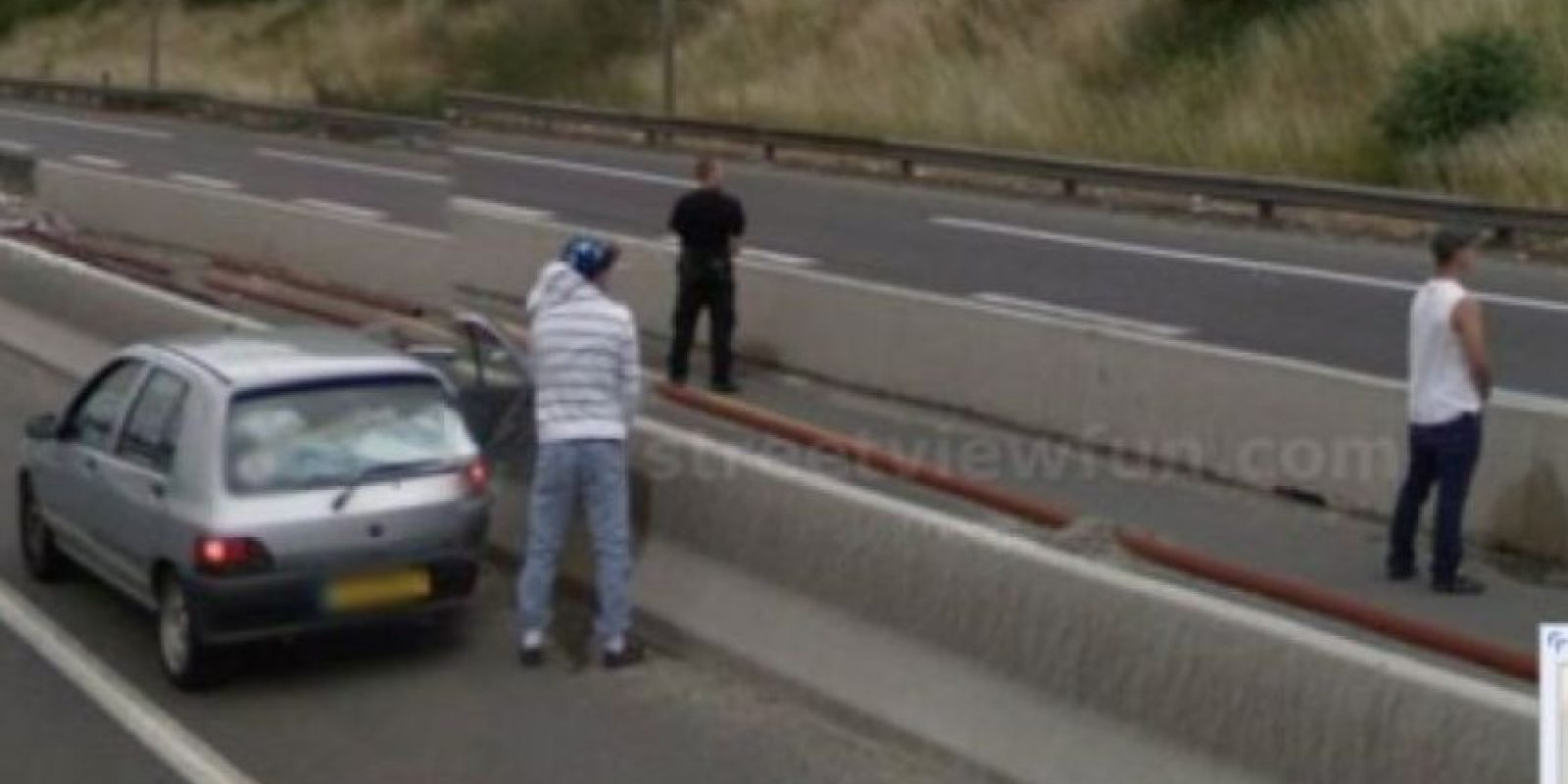 Sí, ya saben, gente haciendo sus necesidades en la vía pública. Foto:vía Google Street View