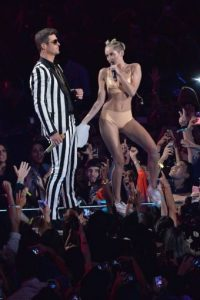 """También compartió el escenario con Robin Thicke y ambos interpretaron """"Blurred Lines"""". Foto:Getty Images"""