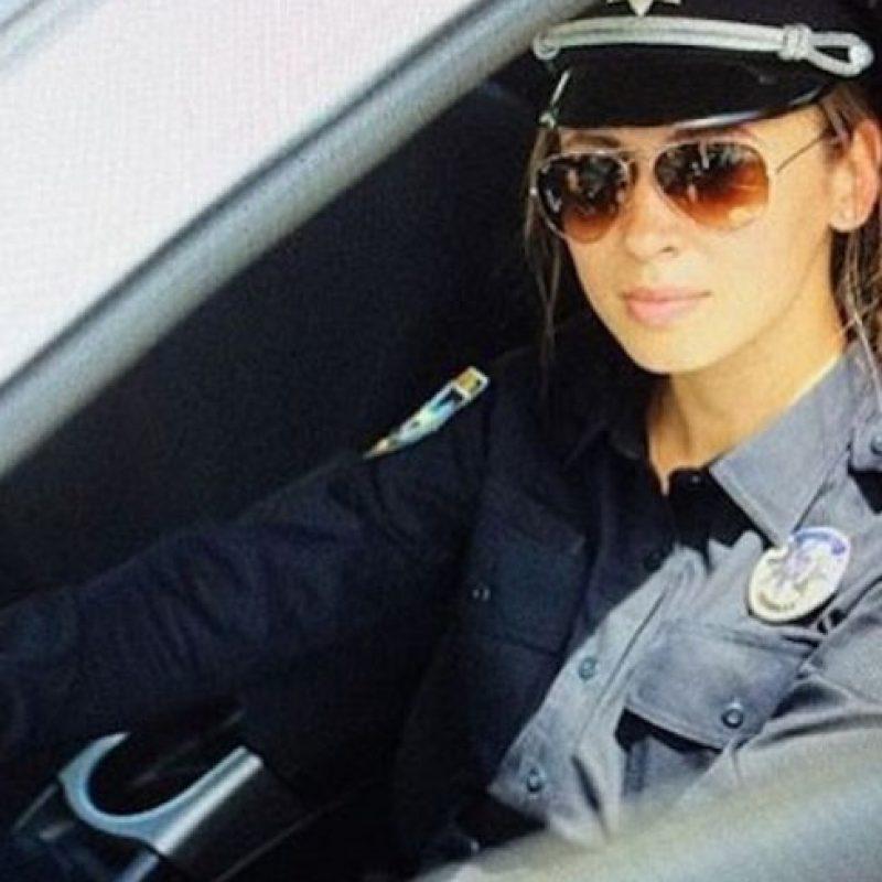 """El Departamento de Policía de Kiev contrató a personas altamente atractivas para desempeñar estas funciones y lanzar la campaña #селфізкопом, que significa """"#Selfieconunpolicía"""". Foto:Instagram.com/kiev_police"""