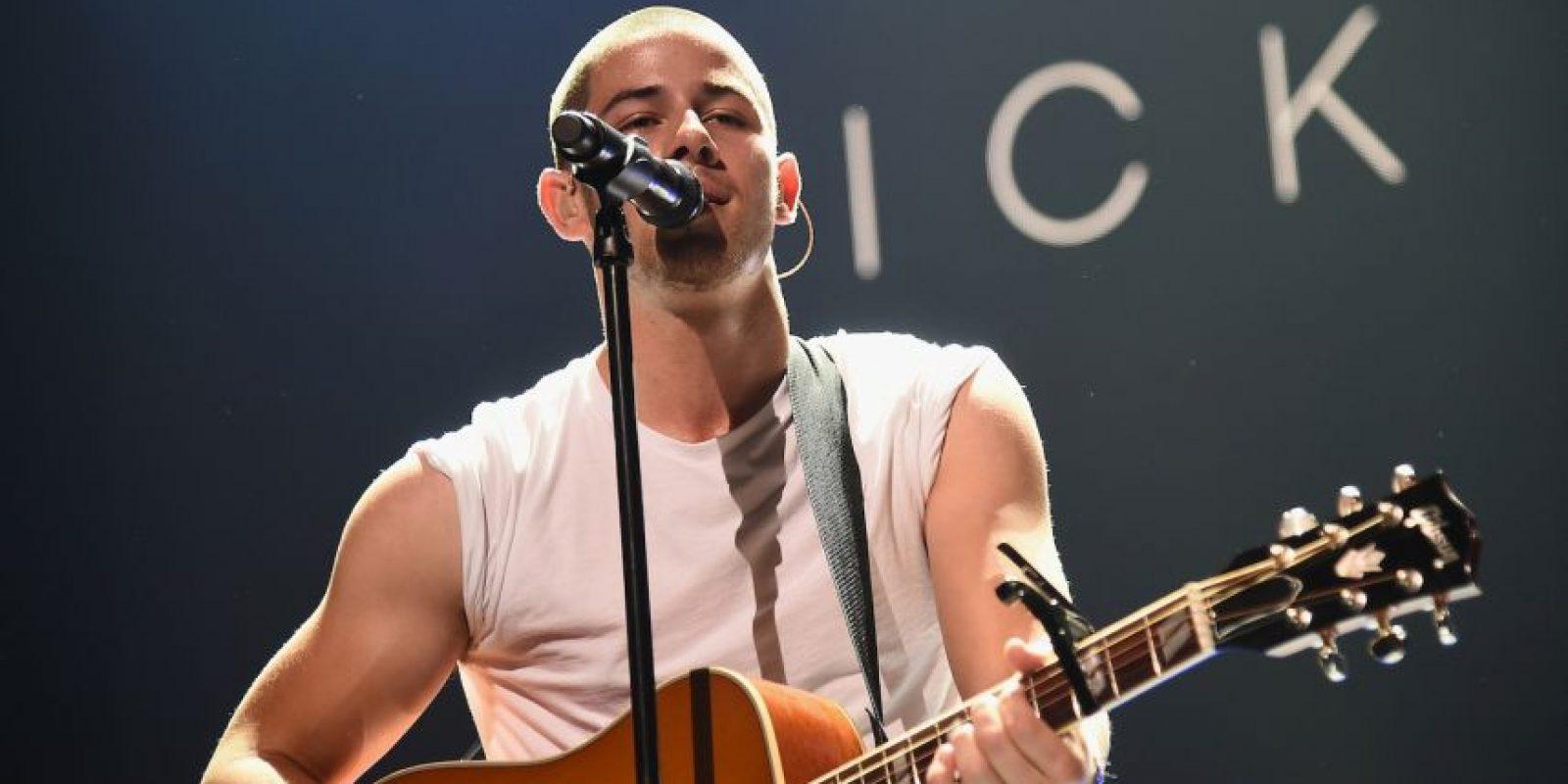 A mitad de su canción, parte del staff le retiró las cadenas para que pudiera bailar. Foto:Getty Images