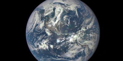 La NASA dio a conocer la primera foto de la tierra totalmente ilumunada, desde el espacio. Foto:Vía nasa.gov