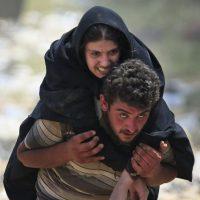 En junio, el desespero por llegar a una zona segura motivó a los sirios a romper una verja para huir de la ciudad Tal Abyad, que es controlada por ISIS y llegar a Turquía. Foto:AP