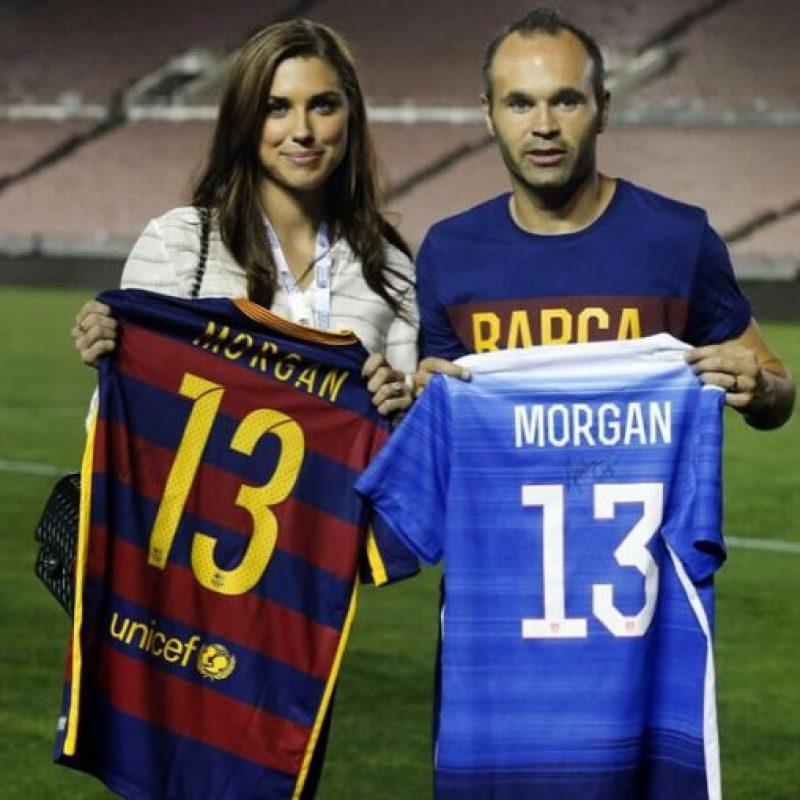 Alex Morgan y Andrés Iniesta intercambiaron camisetas. Foto:Vía fcbarcelona.com