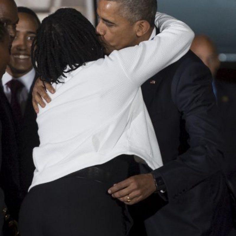 Al llegar se abrazó con su media hermana Foto:AFP