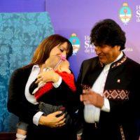 Victoria y Trilce con el presidente de Bolivia Evo Morales. Foto:Facebook.com/pages/Victoria-Donda-Pérez
