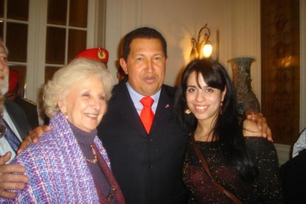 Una fotografía junto a Hugo Chávez, quien fuera presidente de Venezuela, y Estela Carloto, dirigente de la asociación Abuelas de la Plaza de Mayo. Foto:victoriadondaperez.org.ar
