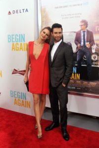 Adam se subió al escenario del restaurante en el que se encontraban celebrando su primer año de amor. Foto:Getty Images