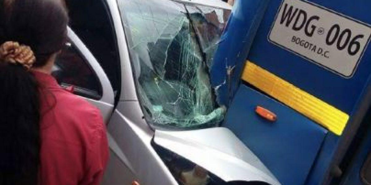 Impresionante accidente entre dos buses del SITP y un carro particular