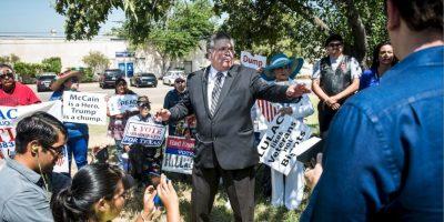 Una veintena de manifestantes estuvo en el Aeropuerto Internacional de Laredo, esperando al magnate Foto:Getty Images
