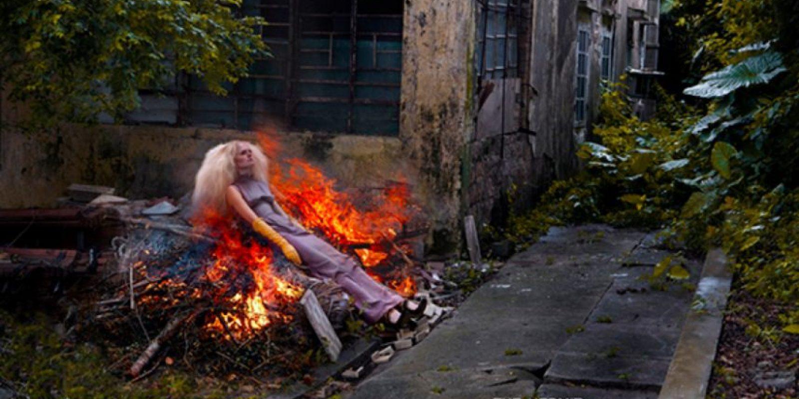 "Modelo quemándose como si nada en esta editorial de ""The Hermit"" Foto:vía Tumblr"
