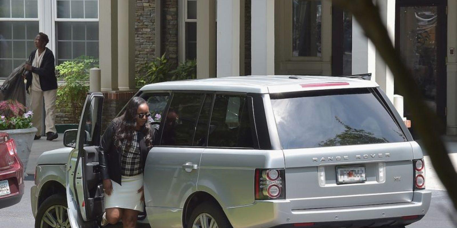 Los fotográfos notaron que en la parte trasera del hospital había instalada una carpa blanca y que la carroza esperaba bajo sus cortinas. Foto:Getty Images