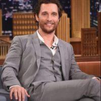 Matthew McConaughey. Cuando el actor se mudó a Hollywood, no tenía muebles, razón por la que dormía en una casa de campaña con su perro. Una noche escuchó el sonido de una moneda cayendo sobre un cristal, así que tomó un bate de béisbol y salió desnudo a defenderse Foto:Getty Images