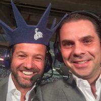 El periodista mexicano Christian Martinoli (derecha) junto a su compañero de transmisiones, el exfutbolista mexicano Luis García Foto: Foto: Vía twitter.com/martinolimx