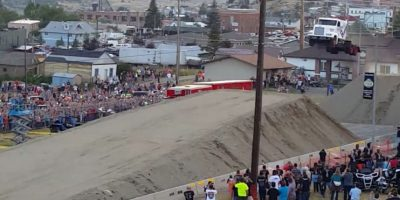 Así se vió el camión justo al momento de saltar Foto:Vía Youtube