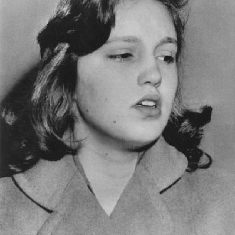 Cheryl Crane es la única hija de la célebre Lana Turner, que tenía muchos maridos y amantes. Uno llegó a abusar de ella. Pero cuando Lana se casó con Johnny Stompanato, mafioso, todo cambió. Este le pegaba y Cheryl lo apuñaló. El juicio fue un escándalo. No fue condenada, pero su madre le reprochó haber perdido a su amante. Foto:vía Getty Images