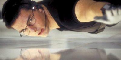 """El traje negro que utilizó Tom Cruise en la primera película de la saga """"Misión Imposbile"""" (1996), durante una de las escenas de acción más populares del filme, será subastado en Londres el próximo mes de septiembre. Foto:IMDB"""