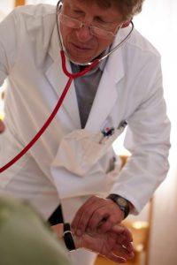 7. Si presentan constantemente síntomas parecidos a los de gastritis o colitis, han tomado tratamiento y no les funciona, deben acudir con un ginecólogo, ya que el cáncer de ovario se presenta con esos síntomas, expuso el director de Ginecología Oncológica del Instituto Nacional de Cáncer en México, David Isla Ortiz. Foto:Getty Images