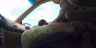 Luego de 45 minutos de viaje y constantes contracciones, una mujer no logró llegar al hospital Bay Area Birth Center en Pasadena, California, y dio a luz en el asiento delantero de su auto Foto:YouTube/i8thacookies