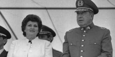 En la imagen, Pinochet junto a su esposa Lucia Hiriart Foto:Wikimedia.org