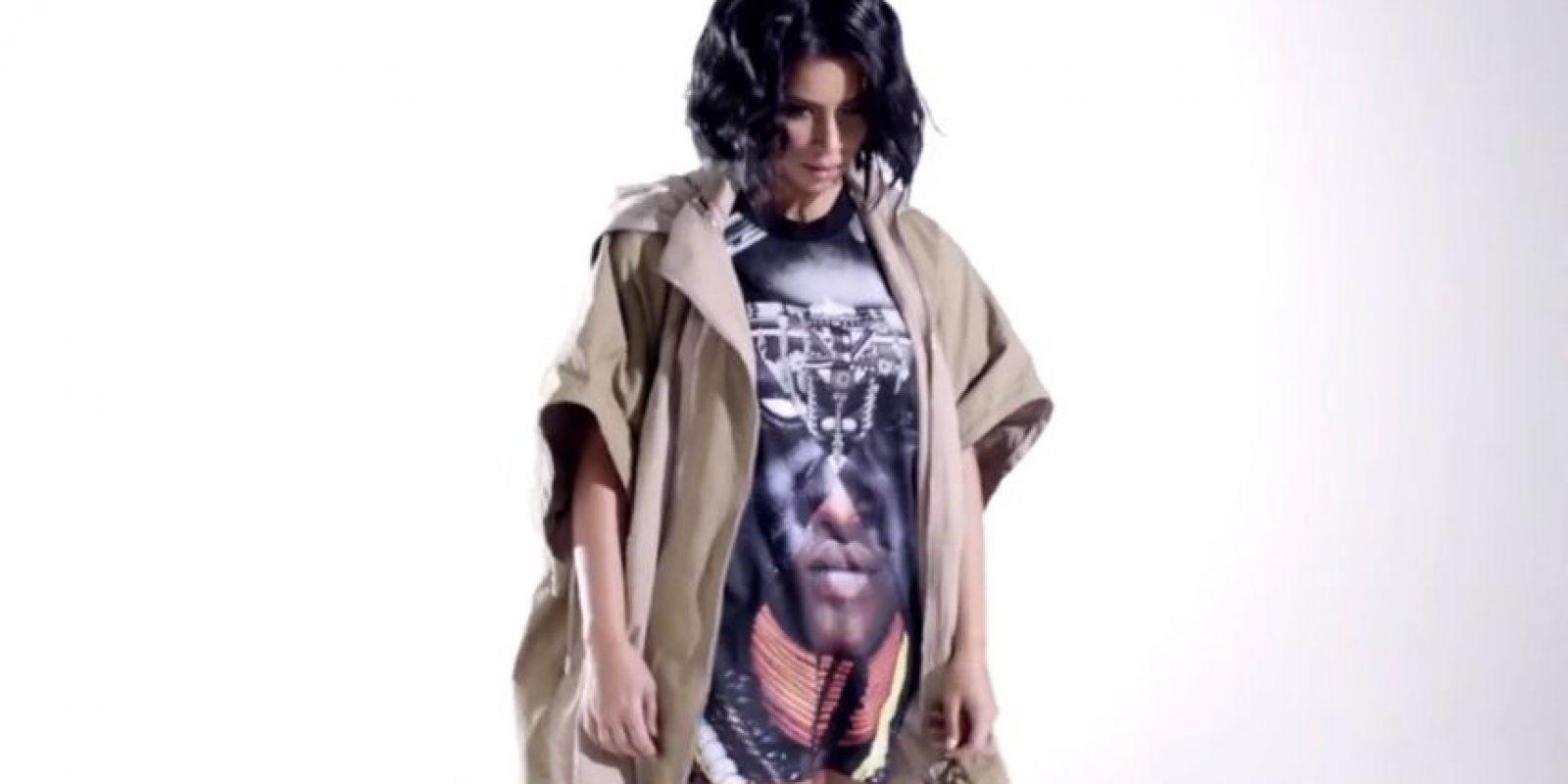 """Kim Kardashian trata de emular a dos íconos de estilo en """"Hype"""" pero no lo logra. Foto:vía Youtube/Hype"""