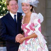 Emma Thompson tenía un vestido tan desastroso el día de su boda con Kenneth Branagh (sí, estuvieron casados). Foto:vía Getty Images