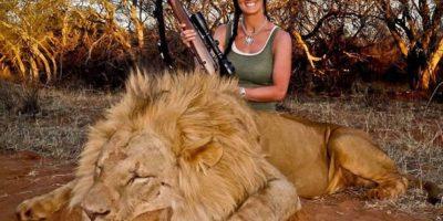"""Melissa Bachman es una presentadora de televisión y ávida cazadora de animales, recientemente publicó una foto en su cuenta de Twitter. Donde escribió: """"¡Un increíble día de caza en Sudáfrica, perseguí a este hermoso león por 60 yardas… qué caza!"""" Foto:Vía twitter.com/melissabachman"""