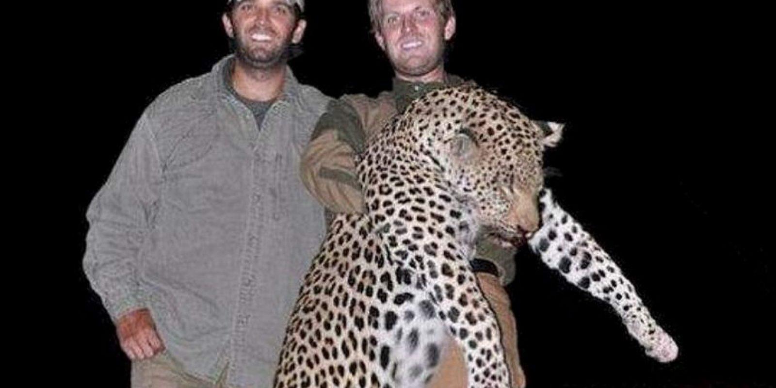 Los hijos de Donald Trump, Eric y Donald Trump, fueron criticados por publicar imágenes donde se encuentran de caza Foto:Tumbrl