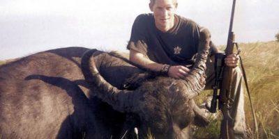 El príncipe Harry generó polémica cuando apareció en una foto portando un rifle y posando junto a unbúfalo muertoal que, supuestamente, mató. La imagen se dio a conocer días después de que él participara de una conferencia en defensa de la vida silvestre y contra la extinción de especies animales. Foto:Tumbrl